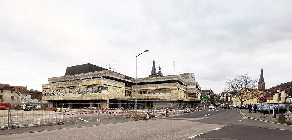 """Funktioniert trotz Parkplätze auf dem Dach nicht mehr: """"Alles unter einem Dach"""" im zentral gelegenen Kaufhaus, hier ehemals Hertie. (Bild: Ursula Baus)"""